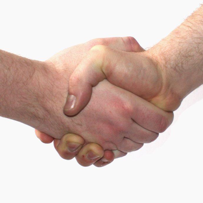 Une poignée de mains après la signature d'un contrat de franchise